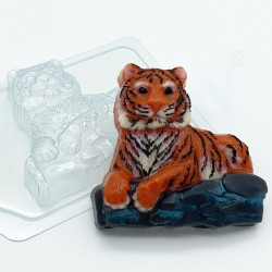 Форма ПВХ Тигр лежит на камнях